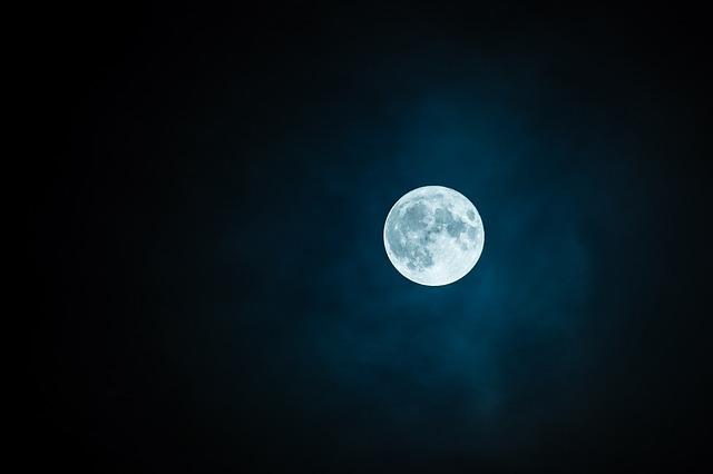 लिखा करते थे हम भी कभी चाँद की खूबसूरती पे,    अब