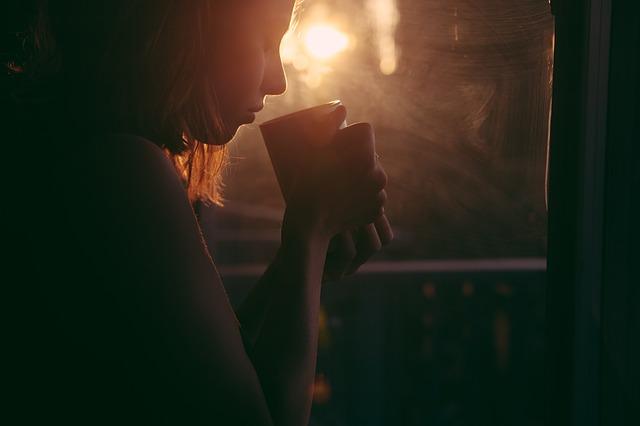 यूँ सुबह सुबह तेरी याद का आना  मेरी फीकी चाय को भी