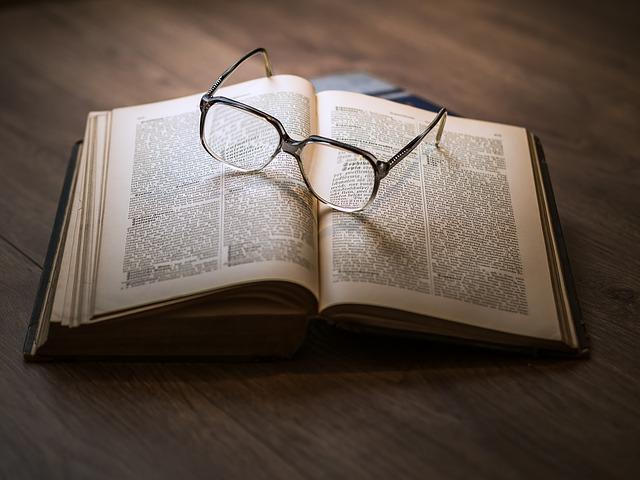 यूँ ना छोड़ जिंदगी की किताब को खुला,  बेवक्त की हव