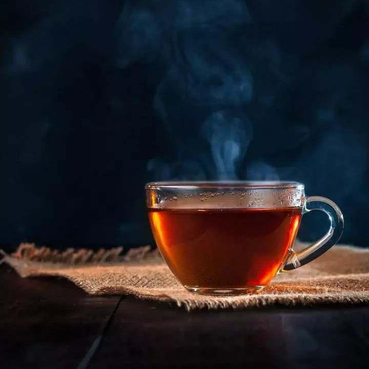 अज़ीब रिश्ता है तुम्हारा भी, इस चाय  के साथ ! जो कभ