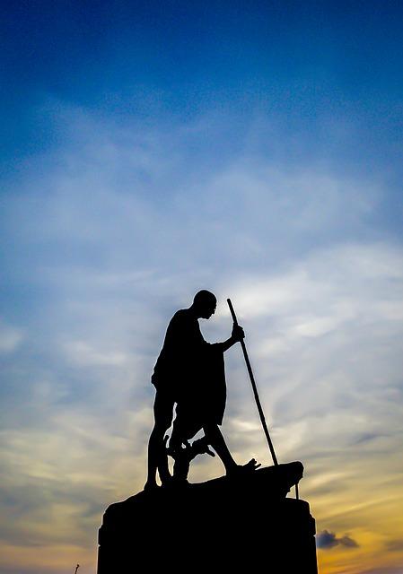 एक बूढ़ा सा आदमी, लिए मन मे शक्ति अपार,  दिलाने देश